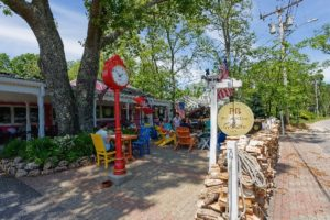 image of shopping and dining area in cape cod_cape cod shopping_things to do in cape cod