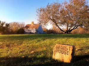 oldest house sign outside of historic house in nantucket massachusetts_day trip to nantucket massachusetts_things to do on nantucket